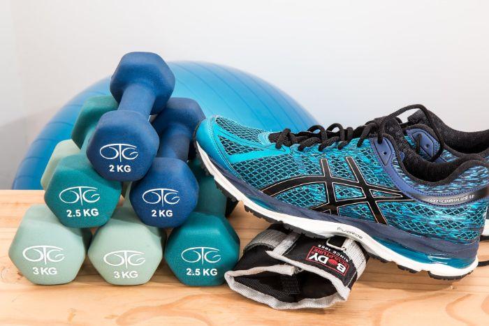 ein Sportschuhe, mehrere kleine Handeln und ein Gymnastikball