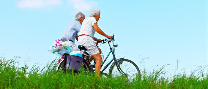 zwei vitale ältere Leute beim Radfahren